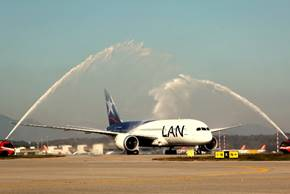 Le Boeing B787 de LAN Airlines accueilli par les traditionnels jets d'eau à Milan - Photo : LAN Airlines