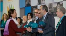 Lionle Guérin, président de Hop! a reçu le certificat de reconnaissance des mains de Ségolène Roayl, ministre de l'Ecologie - Photo : Hop!