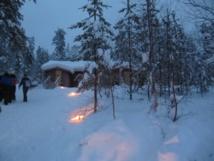 Au bout d'une heure, nous nous réchauffons près d'une ancienne maison de bûcheron - Photo : P.C.