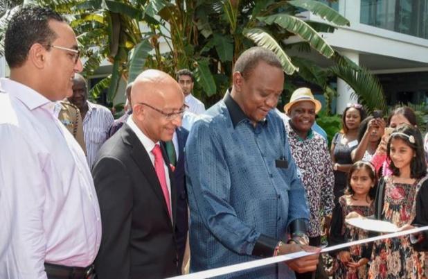 Uhuru Kenyatta, le président du Kenya, accompagné du ministre du tourisme, Najib Balala et de Alnoor Kanji, directeur du English Point Marina, lors de l'inauguration officielle de la 1ère marina et du 1er port d'attache de yachts de luxe du Kenya - DR : Kenya Tourism Board