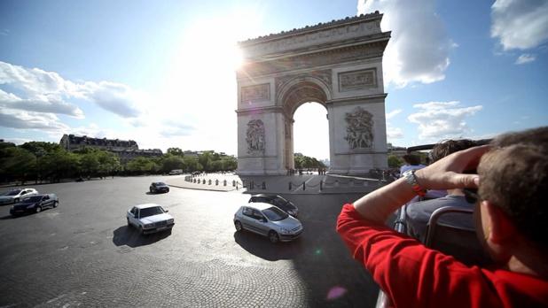 Le voyageur peut, en quelques heures, dans un bus à impérial à toit découvert, contempler les principaux monuments d'une ville - DR : RATPDev