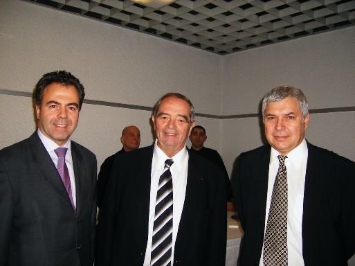 De gauche à droite : Luc Chatel Secrétaire d'Etat à la Consommation et au Tourisme, Georges Colson Président du SNAV et J.M. Rozé Secrétaire Général du SNAV