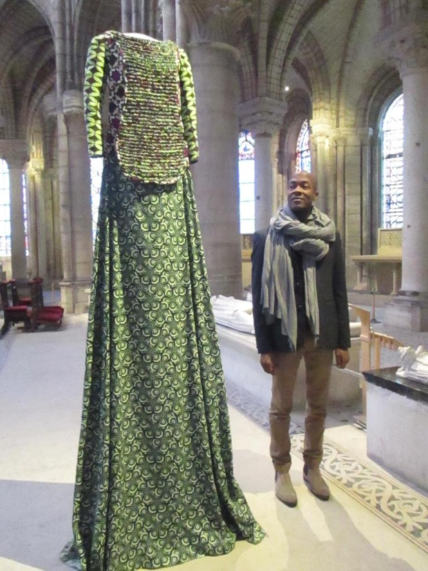 Lamyne M. aux côtés de Marguerite de Flandre (1309 – 1382). Fille du roi  Philippe V. Elle épouse en 1320 Kiyus 1er de Flandre qui meurt en 1346 à la bataille de Crécy contre les Anglais. Elle devient alors une bienfaitrice de l'abbaye de Saint-Denis qu'elle couvre de cadeaux. Robe en wax de différents verts, plastron tricoté avec du ruban de chutes de wax. Photo MS.
