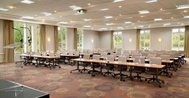 Une salle de conférence high tech ouverte sur la nature. Photo Dolce.