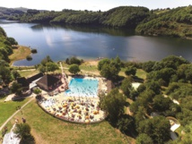 Camping Les Tours Tohapi dans l'Aveyron avec espace aquatique, piscine chauffée et accès direct au lac - Photo Tohapi nps