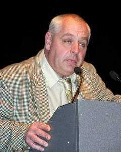 Franck Voraguen, futur candidat à l'APS, très appliqué en ''M. Loyal''...