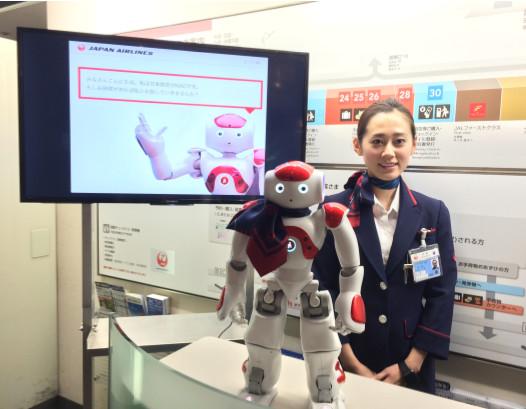Au comptoir de l'aéroport de Tokyon Haneda, Nao attend les passagers -PHOTO JAL