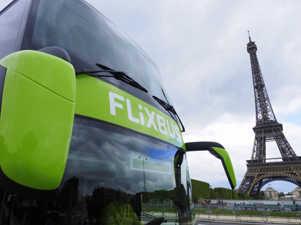 Un autocar Flixbus à Paris devant la Tour Eiffel - Photo Flixbus
