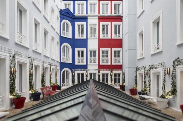 Façade intérieure tricolore-Hotel 34B (photo: Guillaume Grasset)