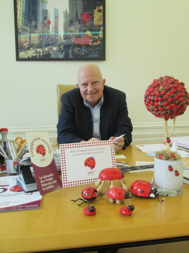 Raoul Nabet dans son bureau, devant quelques spécimens d'une collection de coccinelles qui sont l'emblème de l'APST - Photo : M.S.