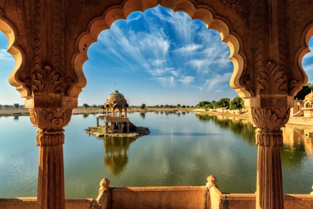 Monument indien Gadi Sagar – vue du lac artificiel à travers l'arche – Jaisalmer, Rajasthan, Inde – © f9photos – Fotolia.com