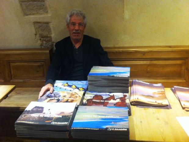 Vincent Fontvieille, le fondateur de la Balaguère, devant ses 5 brochures thématiques regroupant les 860 voyages de la production 2016 - DR : LAC