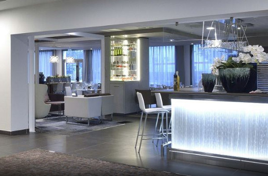 L'AC Hotel Marseille Vélodrome accueille un restaurant qui sert jour et nuit - Photo : AC Hotels by Marriott