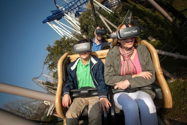 """Muni de lunettes de réalité virtuelle, le public peut découvrir un extrait de la nouvelle animation 4D, synchronisé aux mouvements des wagons, sur le grand huit """"Pegasus Coastiality"""" - DR : Europa Park"""