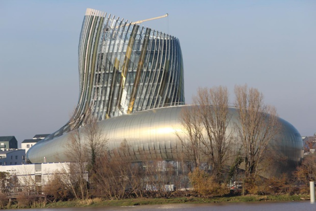On the banks of the Garonne river, La Cité du Vin is still under construction. Spread out over 10 levels it holds an architectural space of  13 350 m2, with a 55 meters high arrow, and a belvedere on the 8th floor culminating at 35 meters. It is the work of the architecture firm XTU and of Casson Mann Limited for the scenography. Photo OT Bordeaux (taken in December 2015.)