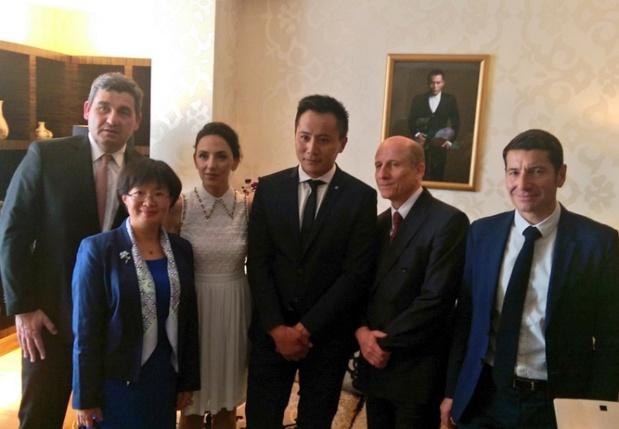 Liu Ye, entouré notamment de Yu Jinsong, Consule générale de la République populaire de Chine à Marseille ; Anaïs Martane, son épouse ; David LISNARD, Président du CRT Côte d'Azur ; Dominique THILLAUD, Président du Directoire Aéroports de la Côte d'Azur - DR : Nathalie Dalmasso
