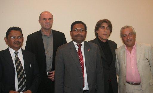 Au centre le ministre du Tourisme, entouré de Lucien Salemi, Boris Reinemberg (dte) et de Vincent Desobry, patron du réceptif Océane Aventures et du directeur général du tourisme (à gche) - Cliquer pour agrandir