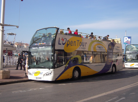A double-decker bus of the Open Tour on the Vieux-Port in Marseille - Photo : SMT