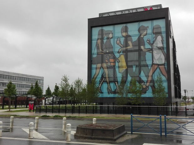 Le Citizen M de Paris CDG est un imposant bâtiment rectangulaire - Photo : P.C.