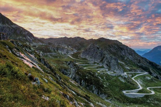 Lever de soleil sur le Massif et la route du Saint Gothard. Le tunnel de base, le plus long du monde - sera opérationnel fin 2016. Crédit Switzerland Tourism.