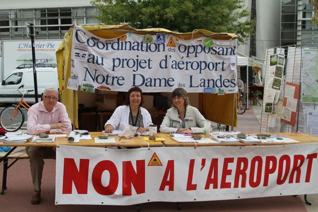 Le stand des opposants aux journées d'été EELV 2010 à Nantes/photo Michel Briand wikipedia