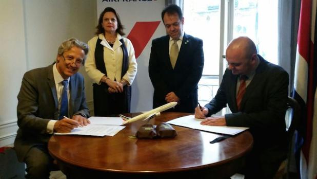 Air France a signé un partenariat avec l'office du tourisme du Costa, en présence de la vice-présidente du pays Ana Helena Chacon et de l'ambassadeur Gabriel Macaya - DR : Air France