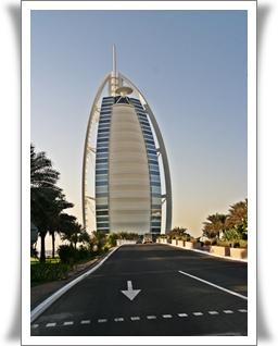Burj Al Arab, premier fleuron du Groupe, hôtel en forme de voile qui pavoise sur le littoral de Dubai.