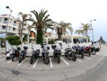 Petite pause à Aci Trezza pour les motos et les motards qui ont fait une courte nuit la veille, profitant de la convivialité du chalet Clan Dei Ragazzi. DR : G.S