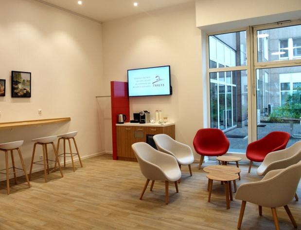 Store & More Thalys de Düsseldorf : La partie lounge permet aux voyageurs fréquents de travailler ou de se reposer, selon leurs besoins. © Thalys