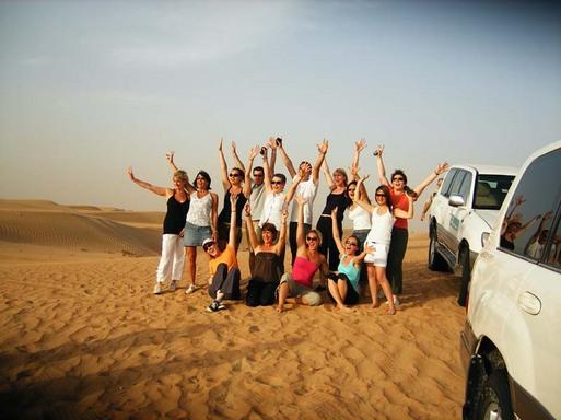 Safari dans le désert. Pour beaucoup des participants ce fut une ''première''. Balade d'une après-midi dans le désert qui se terminera par une pause afin d'admirer le coucher de soleil sur les dunes suivi du traditionnel dîner babecue sous les étoil