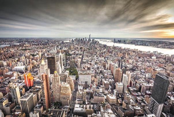"""New york vue de l'Observatoire du One World Trade Center construite sur l'emplacement de l'une des tours jumelles. Il est le plus haut gratte-ciel de l'hémisphère ouest. Haut de 1776 pieds (541 mètres), en référence à l'année de la Déclaration d'Indépendance des Etats-Unis. Photo """"Harlem Spirituals""""."""