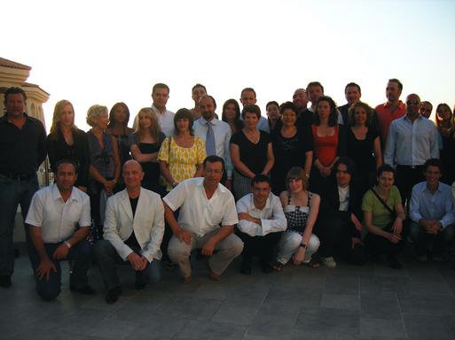 Autour de F. Knani (debout au centre en noir) directrice de l'OT Tunisie en France et de S. Chiboub (en chemise blanche avec cravate), directeur du Tabarka Beach, une partie des équipes qui ont organisé ce week-end (Marmara France et Tunisie, groupe NRJ