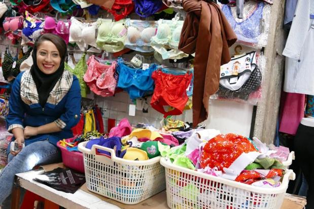 Comme beaucoup de ses congénères, cette jeune vendeuse du bazar de Chiraz prend quelques  libertés avec les codes vestimentaires islamiques - Photo Bernard Moulin