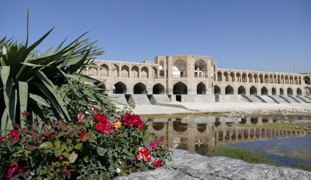 Bien qu'il enjambe une rivière quasiment à sec en été, le fameux pont aux 33 arches d'Ispahan  déploie toute sa majesté d'une rive à l'autre - Photo Bernard Moulin