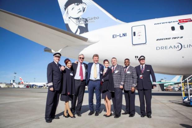 Bjørn Kjos le PDG fondateur de Norwegian, entouré de ses équipes devant l'un de ses Boeing Dreamliner- DR Norwegian.