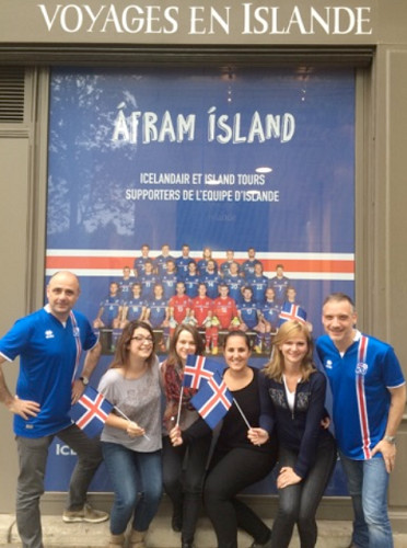 La vitrine de l'agence Island Tours affiche la photo officielle de l'équipe d'Islande de football - Photo : Island Tours