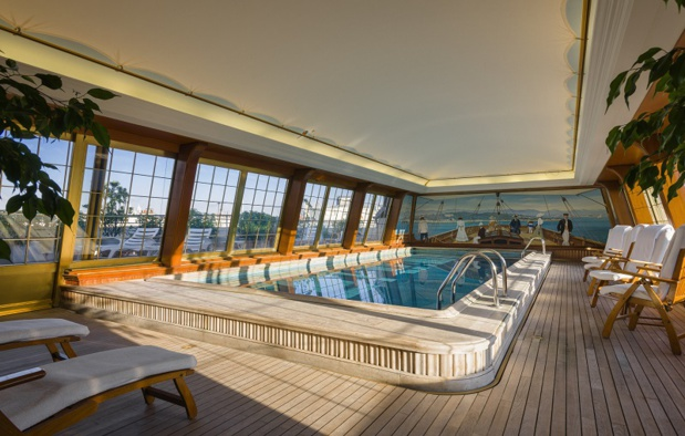 "When it comes to swimming pools, our favorite is at Le Bristol with its ""luxury yacht"" ambiance and its opening on a solarium that provides a unique view onto the capital. - Photo Bristol"