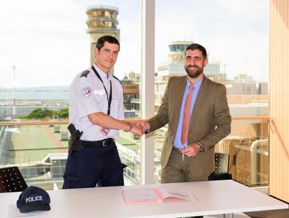 Le Commissaire Durand, Chef de la Police aux Frontières et   Denis Corsetti, Directeur des opérations de l'Aéroport Marseille Provence. Photo : ©AMP