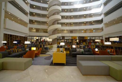 Le Holiday Inn de Moscou accueille le nouveau concept de lobby construit comme un atrium - Photo : IHG
