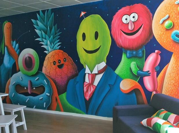 L'espace déjeuner arbore une fresque aux couleurs pop (c) Johanna Gutkind