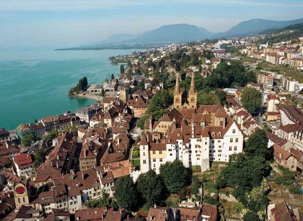 Neuchâtel offre un tissu urbain à double facette: d'un côté, un noyau médiéval et Renaissance avec rues étroites et façades ocres; de l'autre, une ville aérée plus moderne, tournée vers le lac et jalonnée de demeures qui soulignent la prospérité de cet ancien foyer mondain - DR : Neuchatel Tourisme.ch