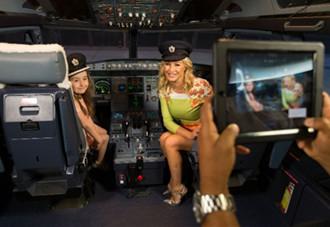 L'actrice et chanteuse Denise Van Outen a été parmi les premiers passagers à tester cette nouvelle application - Photo British Airways