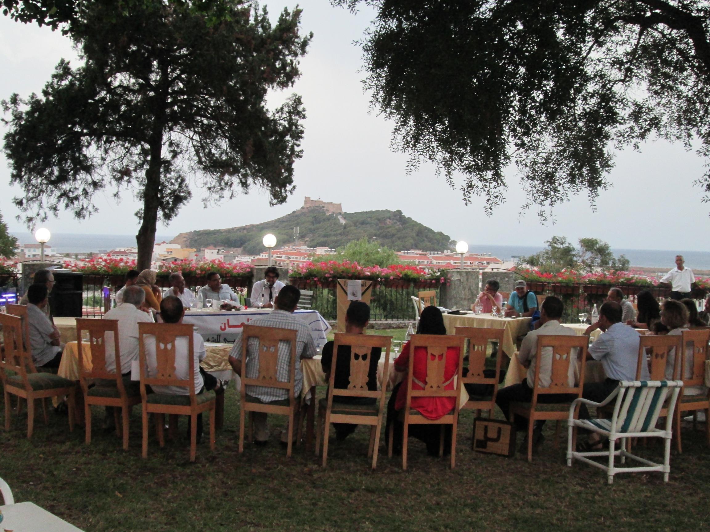"""Atelier """"poésie"""" sur la terrasse du """"Mimosa"""", un hôtel de charme situé sur les hauts de Tabarka.  Venus du Maroc, d'Algérie et de Tunisie des poètes déclament des textes qui résonnent et couvrent le chant des cigales."""