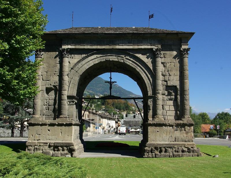 Le panorama romain ne serait pas complet sans un détour par l'Arc d'Auguste, monument symbole de la puissance de l'Empire, édifié quelques petites années avant J.C. - DR : J.-F.R.