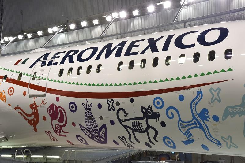 Sur le fuselage de l'appareil est apposé un motif représentant l'emblématique Quetzalcoatl, dont le nom signifie « Serpent à plumes », l'une des principales divinités du Mexique à l'époque préhispanique, d'où le nom de baptême de cet avion. - DR