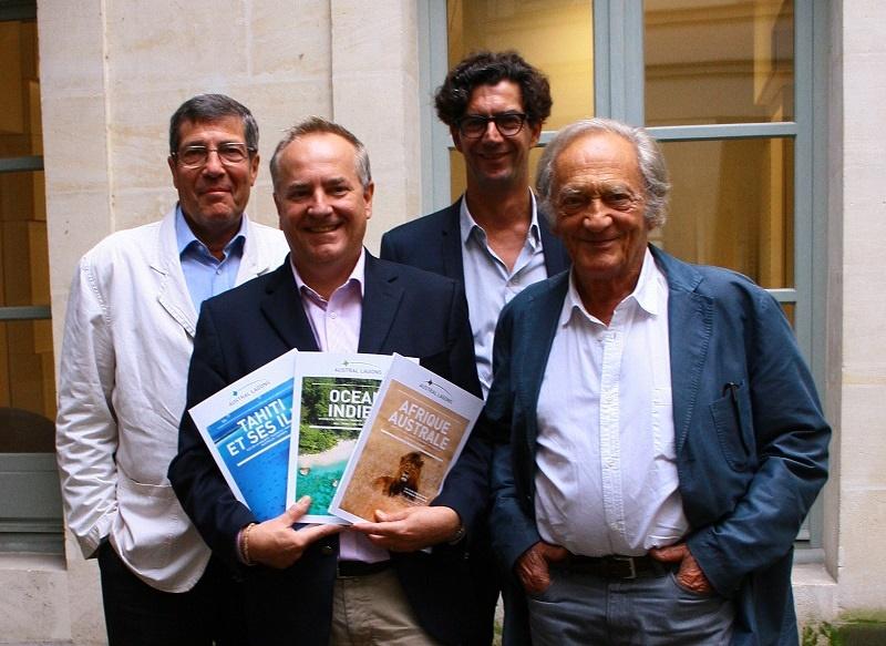 Fabrice Bouillot, tout nouveau directeur de production, présente les brochures 2016/2017 d'Austral Lagons, entouré (de gauche à droite) de Philippe Cornubert, le président, Hélion de Villeneuve, directeur général, et de l'éminent Philippe Tesson, tous trois actionnaires du TO - DR : H.L.