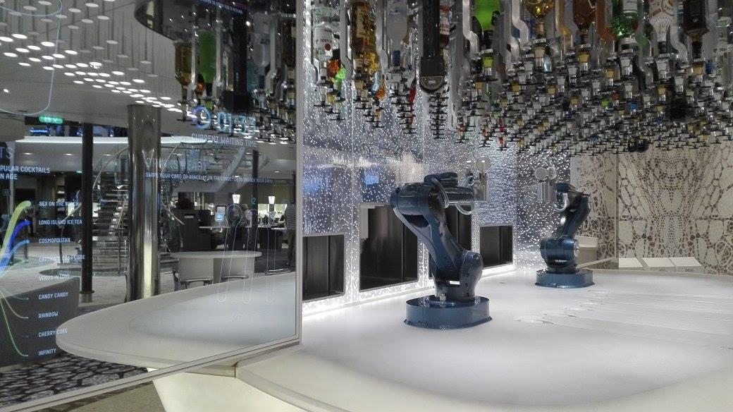 Le Bionic Bar est l'une des exclusivités de l'Harmony of the Seas de Royal Caribbean. Ici, ce sont des robots qui conçoivent et servent les cocktails que les passagers ont préalablement commandés en utilisant l'application mobile de la compagnie - DR: P.C.