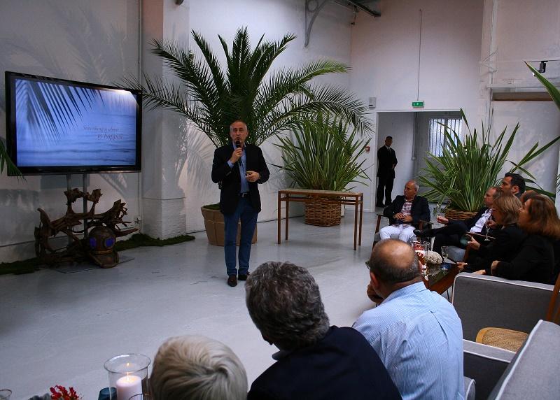 François Venin, directeur commercial Beachcomber, présente la nouvelle identité de la marque à la galerie Nikki Marquardt, place des Vosges à Paris, le 16 septembre 2016 - DR : H.L.