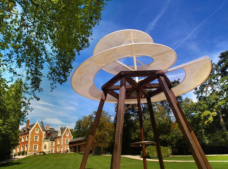 Cet univers de création, on le retrouve dans le Parc Leonardo da Vinci, à travers un parcours thématique d'une vingtaine de reproductions géantes des plans et d'une quarantaine de toiles translucides installées dans les arbres d'un parc grandiose © Léonard de Serres