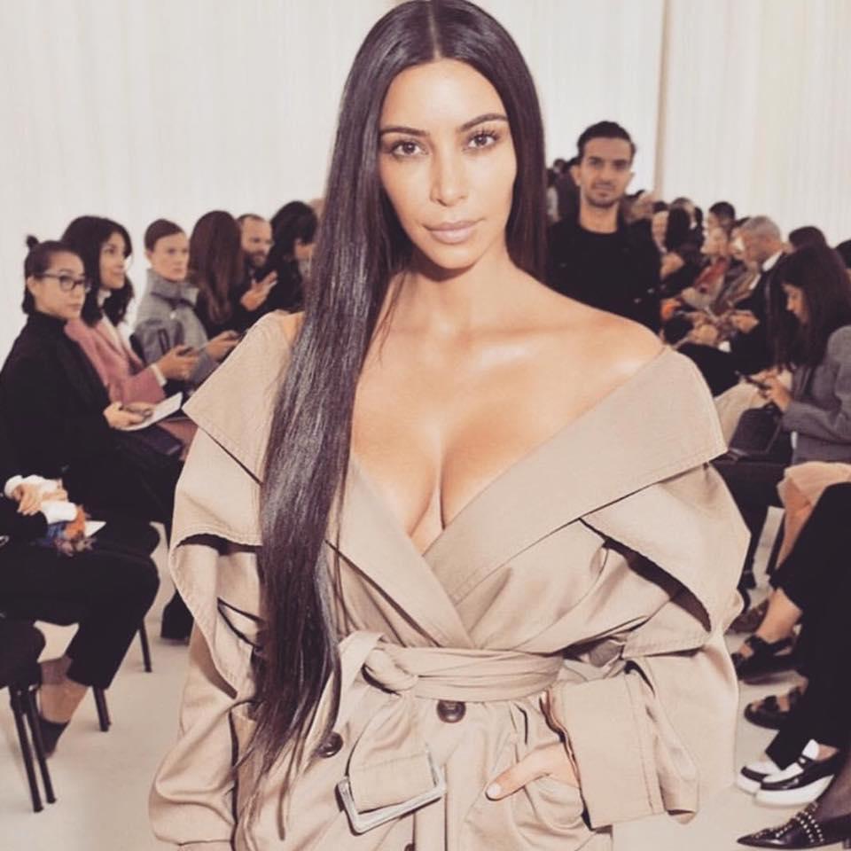 Cette histoire risque de plomber un peu plus les beaux objectifs de Jean-Marc Ayrault qui vise toujours 100 millions de visiteurs à l'horizon 2020 et accessoirement, de décourager encore un peu plus nos valeureux amis chinois, dont pas plus tard que le mois dernier, un car entier s'est fait attaquer et rançonner - Photo Facebook Kim Kardashian
